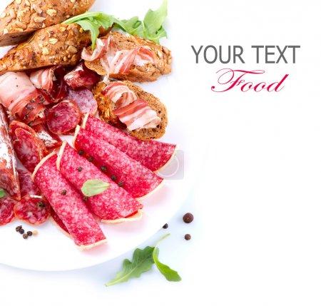 Photo pour Des saucisses. Jambon italien, salami et bacon isolés sur blanc - image libre de droit