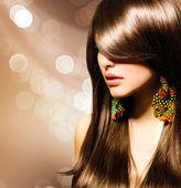 Krásná brunetka. zdravé dlouhé hnědé vlasy