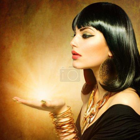 Photo pour Femme de style égyptien avec la magie de lumière dans sa main - image libre de droit