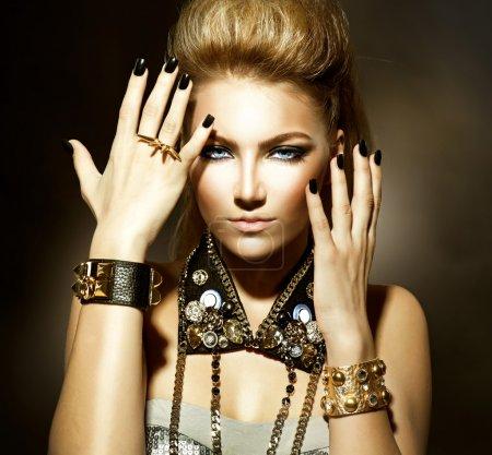 Photo pour Mode bascule style modèle fille portrait - image libre de droit