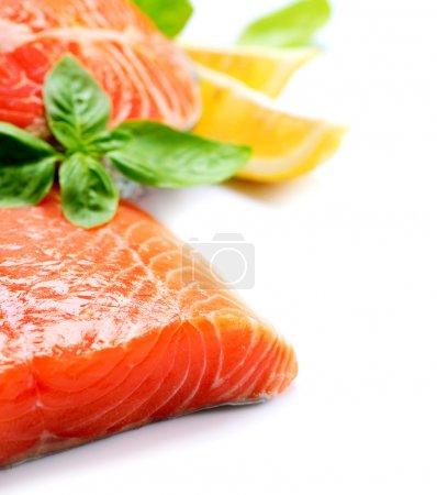 Photo pour Steak de poisson rouge au saumon cru aux herbes et au citron isolé sur blanc - image libre de droit
