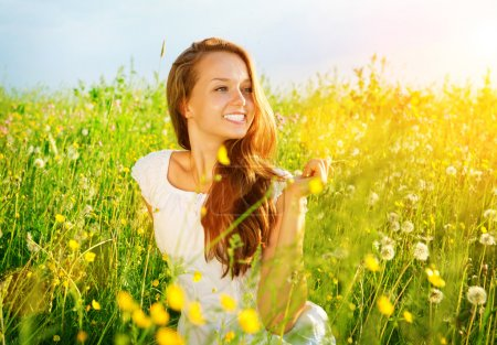 Photo pour Belle fille en plein air. profiter de la nature. Meadow. allergie libre - image libre de droit