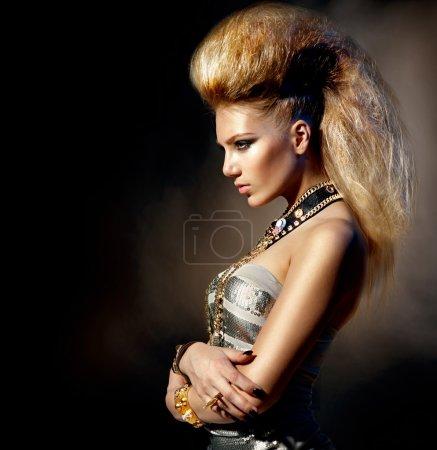 Foto de Retrato de la muchacha modelo de moda rockero estilo. peinado - Imagen libre de derechos