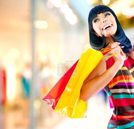 Photo pour Beauté femme avec des sacs de shopping au centre commercial - image libre de droit
