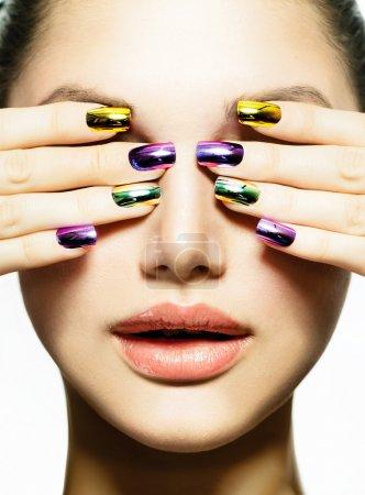 Photo pour Manucure et maquillage. art d'ongle. beauté femme avec clous colorés - image libre de droit