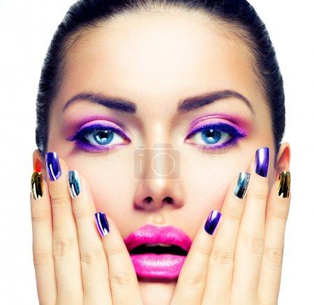 Photo pour Maquillage beauté. maquillage violet et ongles lumineux colorés - image libre de droit