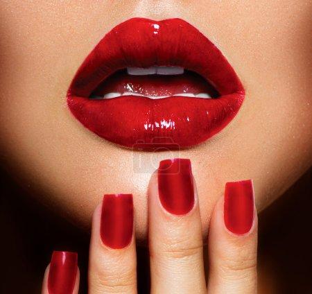 Photo pour Rouge lèvres sexy et ongles gros plan. Manucure et maquillage - image libre de droit