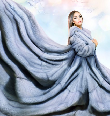 Photo pour Beauté mode modèle fille en manteau de fourrure de vison bleu - image libre de droit