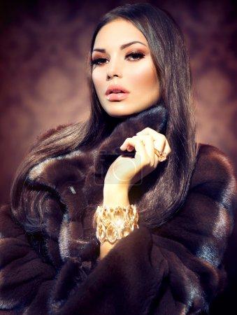 Photo pour Beauté mode modèle fille en manteau de fourrure de vison - image libre de droit