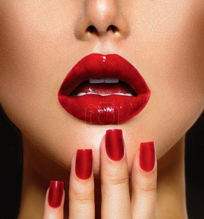 Photo pour Closeup sexy rouge lèvres et les ongles. manucure et maquillage - image libre de droit