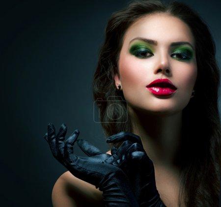 Photo pour Fille de beauté fashion glamour. modèle de style vintage avec des gants - image libre de droit
