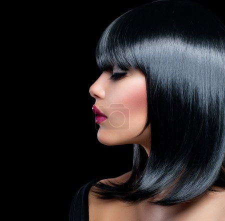 Photo pour Belle fille brune. Beauté femme avec cheveux noirs courts - image libre de droit