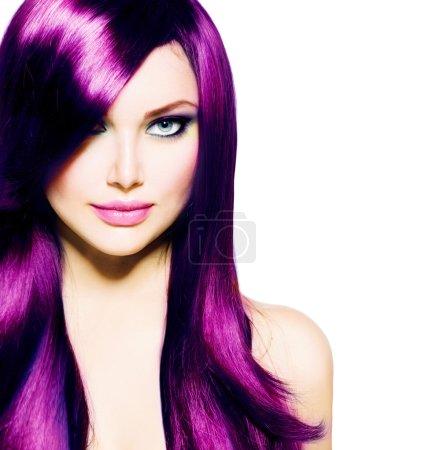 Photo pour Belle fille avec les cheveux long violet sains et aux yeux bleus - image libre de droit