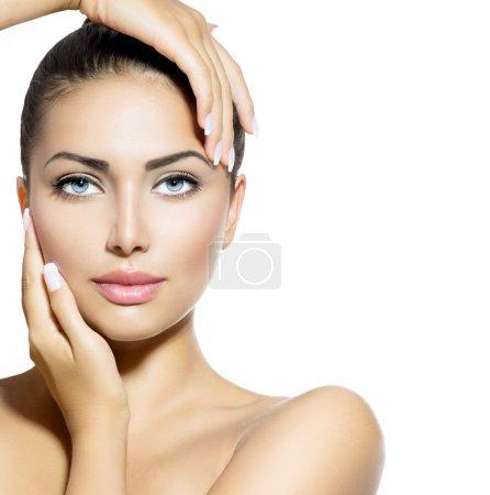 Photo pour Portrait de la beauté. femme belle spa toucher son visage - image libre de droit
