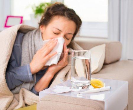 Photo pour Femme malade. Grippe. Une femme a attrapé froid. Éternuer dans les tissus - image libre de droit