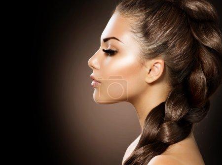 Photo pour Tresse de cheveux. Belle femme aux cheveux longs en bonne santé - image libre de droit
