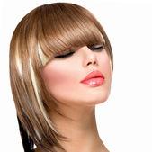 Krásné módní žena účes pro krátké vlasy. třásně účes