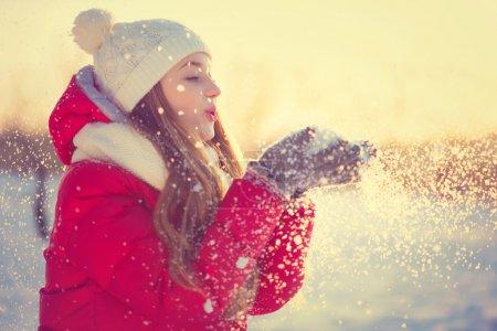 Photo pour Fille d'hiver beauté poudrerie dans le parc d'hiver glacial. à l'extérieur - image libre de droit