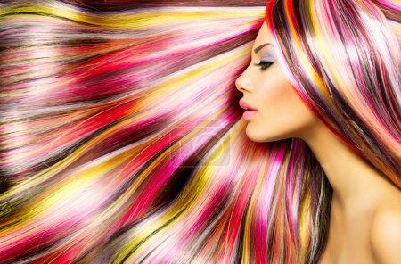 Photo pour Beauté modèle de mode fille avec coloré teint cheveux - image libre de droit