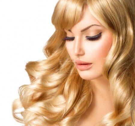 Photo pour Portrait de femme blonde. Belle fille avec de longs cheveux blonds bouclés - image libre de droit