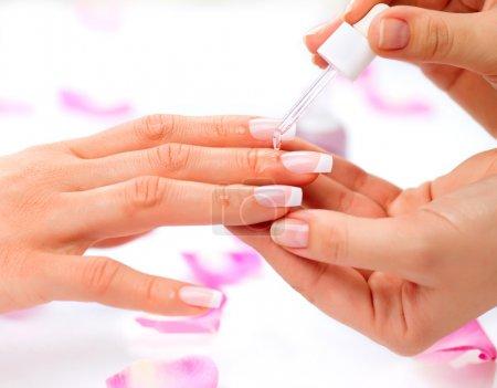 Photo pour Huile pour cuticules. spa manucure et les mains. gros plan de mains femme - image libre de droit