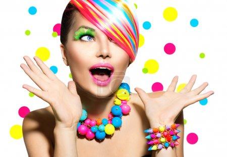 Photo pour Portrait de beauté avec manucure de maquillage coloré et coiffure - image libre de droit