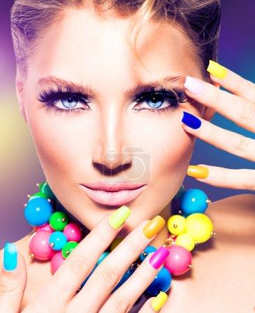 Photo pour Mode beauté modèle fille avec les ongles colorés - image libre de droit