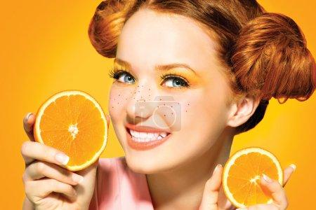 Photo pour Belle fille modèle avec des oranges juteuses. taches de rousseur - image libre de droit