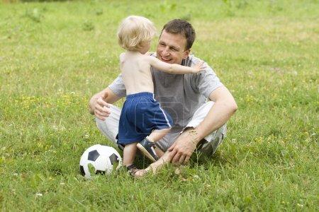 Photo pour Père, jouer au foot avec ses fils - image libre de droit