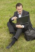 Podnikatel pracuje v přirozené pozadí