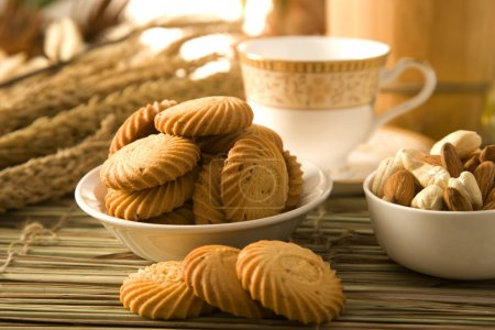 Photo pour Jeera biscuits avec plaque de coupe ou les cookies de graines de cumin ou biscuits de graines de cumin salé - image libre de droit