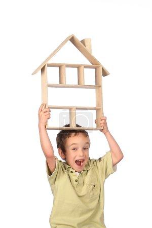 Photo pour Garçon rêve de sa propre maison sur un fond blanc - image libre de droit