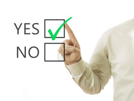 Photo pour Main de l'homme d'affaires et checkbox avec marque verte en cochant Oui - image libre de droit