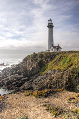 Photo pour Paysage HDR du phare de Pigeon Point avec des nuages spectaculaires. Situé sur la côte nord de la Californie - image libre de droit