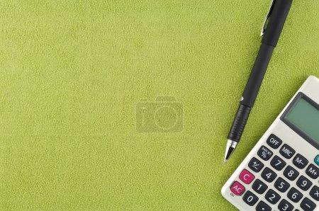 Photo pour Stylo calculateur sur tissu - image libre de droit