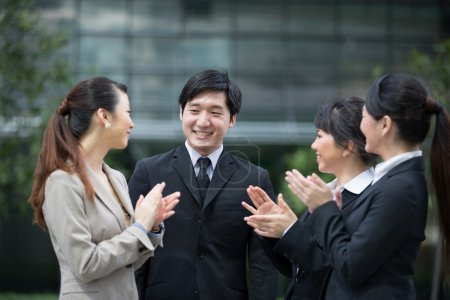 Photo pour Chef d'entreprise applaudit avec équipe là. - image libre de droit