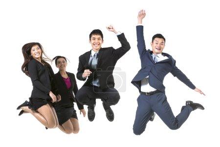Photo pour Groupe de gens d'affaires chinois sautant dans les airs. isolé sur un fond blanc - image libre de droit