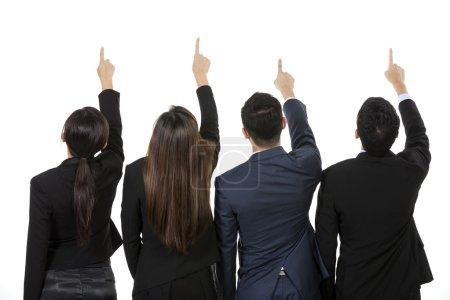 Photo pour Groupe d'hommes d'affaires asiatiques pointant à quelque chose. levant leurs mains vers le haut et l'affichage. isolé sur fond blanc. - image libre de droit