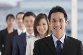 šťastný asijské obchodní muž se svým týmem