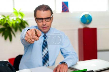 Photo pour Patron masculin accablé qui vous pointe du doigt. Concept d'entreprise - image libre de droit