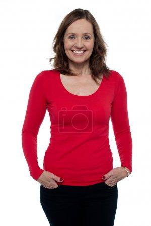 Foto de Mujer edad media en posando superior rojo brillante en estilo - Imagen libre de derechos