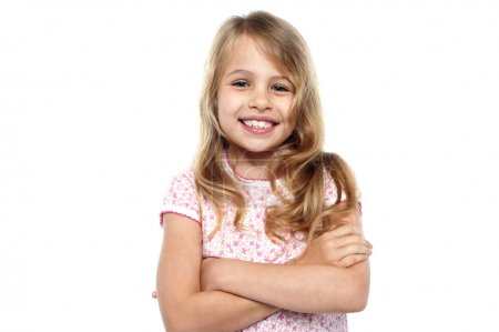Photo pour Mignon jeune fille posant avec les mains croisées - image libre de droit