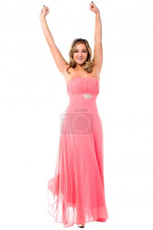 Photo pour Jeune modèle glamour en tenue de fête se réjouissant avec les bras levés . - image libre de droit