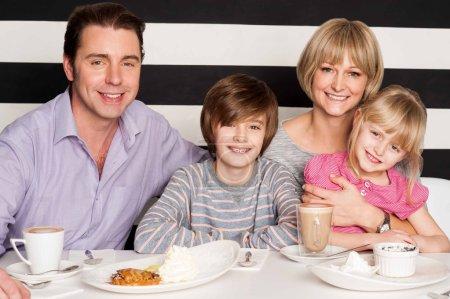 Photo pour Famille ayant le copieux petit déjeuner dans le restaurant. - image libre de droit