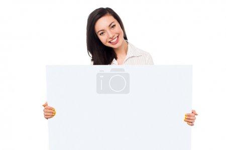 Photo pour Jolie jeune fille asiatique tenant bannière vierge annonce, concept d'entreprise . - image libre de droit