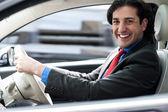 Veselý muž řídil jeho nové luxusní auto
