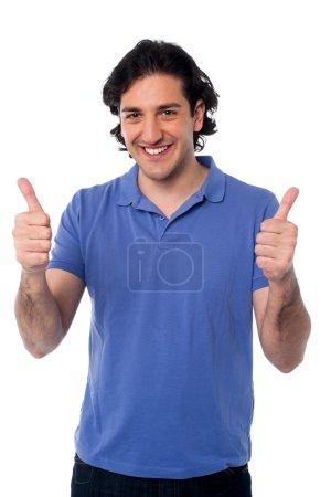 Photo pour Beau jeune homme montrant double pouces vers le haut - image libre de droit