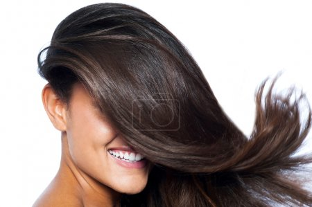 Photo pour Jolie femme souriante aux longs cheveux raides - image libre de droit