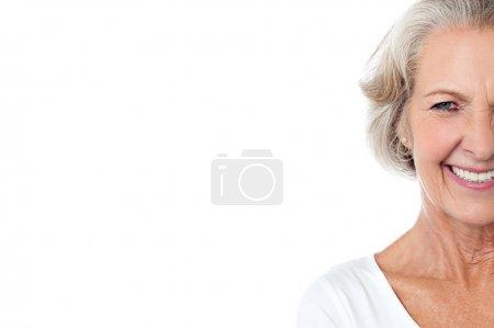 Photo pour Sourire joyeuse vieille dame, cropped image. - image libre de droit