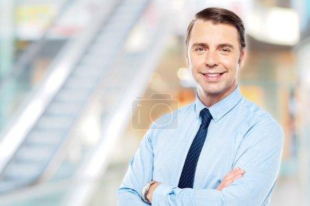 Photo pour Beau homme d'affaires posant les bras croisés - image libre de droit